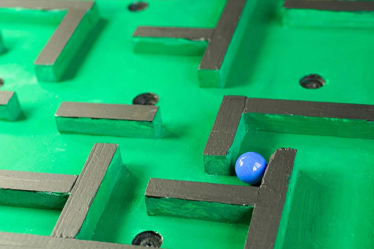 Baue dein eigenes Geschicklichkeitsspiel, ein Murmellabyrinth mit Hilfe von Säge, Schleifpapier und Farbe.