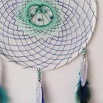 Farbenfroher Traumfänger mit bunten Perlen und Federn