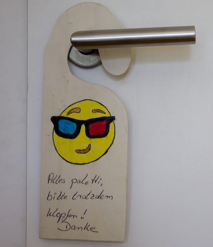 Feier einen kreativen Geburtstag und säge dir dein Stimmungs-Türschild, denn dein Zimmer ist Privatsphäre.