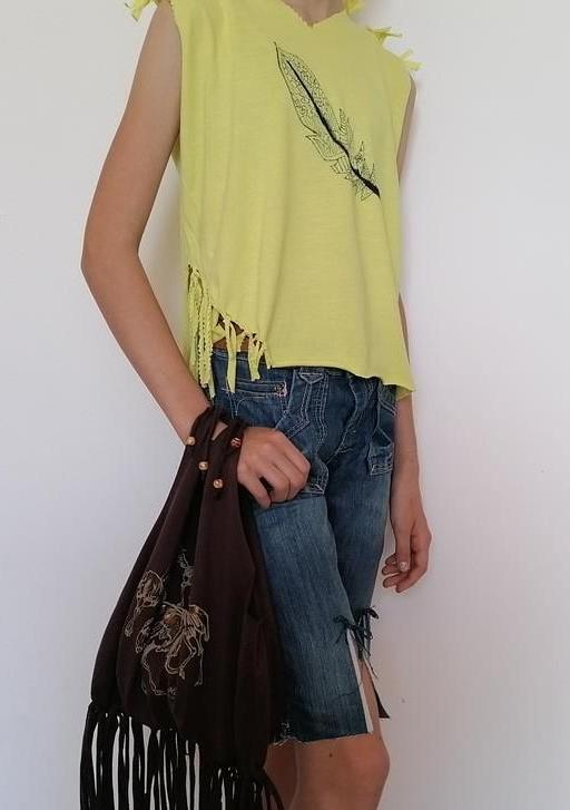 Designe dein eigenes T-Shirt, deine Tasche oder deine Jeans und präsentiere sie in einer Modenschau auf dem roten Teppich